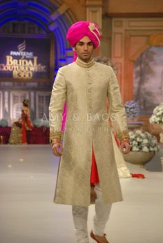Stylish Wedding Sherwani Trend Sometimes boys are also very conscious about their wedding wear. They want to look smart and gorgeous. Indian Men Fashion, Indian Bridal Fashion, Indian Wedding Outfits, Indian Outfits, Groom Fashion, Indian Weddings, Groom Outfit, Groom Attire, Groom Dress