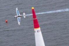 空のF1 レッドブルエアレースで日本人パイロットの室屋が悲願の初V!!  時速350キロを越える3次元のモータースポーツで空のF1とも称されるレッドブルエアレースの千葉大会の本戦が5日千葉市の幕張海浜公園の特別コースで行われ日本人パイロットとしてただ一人シリーズにフル参戦している室屋義秀43Falkenが悲願の初優勝を果たした  レッドブルエアレースは11か国14人のパイロットで争われるタイムレース  前日に予定されていた予選は強風高波で中止となったが1対1の勝ち抜き方式で行うラウンドオブ14は現在のランキングに沿った組み合わせでスタートすることになり11位の室屋は4位のピートマクロード32カナダと対戦したスモーク演出のための煙が出なかったため1秒のペナルティを課せられたがマクロードが安全性を確保するため規定されている10Gを超えるオーバーGのミスを犯して失格ラウンドオブ8に駒を進めた…