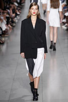 See the complete DKNY Spring 2016 Ready-to-Wear collection.