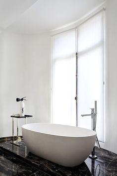 Con sus acabados de mármol, la sala de baño de los invitados es lujosa. | Galería de fotos 10 de 11 | AD MX
