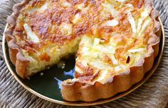 A delicious vegetarian onion tart recipe with cheese, based on Spelt bread for that extra healthier, yet still as yummy go-to option. Quiche Recipes, Tart Recipes, Greek Recipes, Brunch Recipes, Baking Recipes, Breakfast Recipes, Brunch Ideas, Dinner Ideas, Greek Cooking