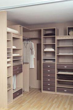 Exemple d'un #dressing d'angle. http://www.m-habitat.fr/petits-espaces/dressing/les-dressings-d-angle-3287_A