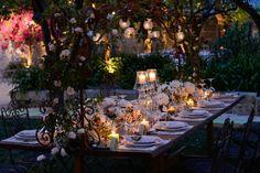 Matrimonio natural chic all'aperto. L'allestimento dei tavoli