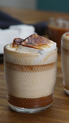 Salted Caramel Milk with Toasted Marshmallows For nights when you want something hot chocolatey, but not, try salted caramel milk with homemade toasted marshmallows. Coffee Drink Recipes, Dessert Recipes, Starbucks Recipes, Healthy Desserts, Bolo Red Velvet Receita, Recipes With Marshmallows, Hot Chocolate And Marshmallows, Recipes With Milk, Toasted Marshmallow