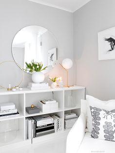 Svaren på mångas frågor. Det är väldigt många som undrar över väggfärgen, bokhyllan och den runda spegeln som jag har inne i mitt kontor…