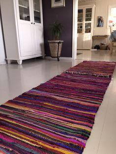 Fillerye , carpet , matta , teppe , pink colours , hvitt skap , vitrine , aubergine vegg , mørk lilla vegg , hvitt gulv , malt gulv,