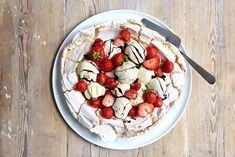 Pavlova med is - Baking for alle Pavlova, Acai Bowl, Baking, Breakfast, Food, Acai Berry Bowl, Morning Coffee, Bakken, Meals