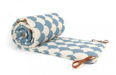Wir lieben das neue spanische Lable nobodinoz (nobody knows) für seine nordischen Muster in wunderschönen pastelligen Farben. Bei uns findet ihr in Hamburg und Dortmund eine große Auswahl an Bett-NEstchen, Spieldecken, Girlanden, Lätzchen, Windeltaschen, Kinder-Regenmäntel, Spielmatratzen uvm. Wir freuen uns auf euren Besuch!