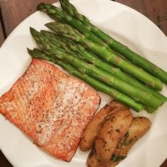 www.sizzlefish.com  It's a Wild Sizzlefish Salmon kind of day....Thanks to @peaceful_warrior_wellness! A little avocado oil, salt and pepper is all that beautiful salmon needs for a delicious meal! .  Head to our website to order your perfectly portioned fish and shellfish t