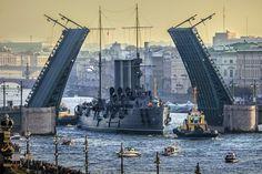 Foto Petrosphotos Hace tiempo comentamos por AQUÍ que el mítico Crucero Aurora iba a abandonar su descanso eterno  San Peterburgués ...