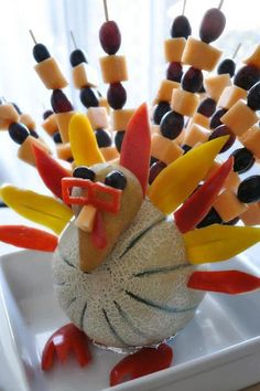 fruit turkey for thanksgiving Thanksgiving Fruit, Vegetarian Thanksgiving, Thanksgiving Appetizers, Thanksgiving Recipes, Turkey Fruit Platter, Fruit Turkey, Turkey Food, Vegetarian Turkey, Veggie Art