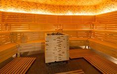 Eine große Liegewiese um den mit unzähligen Stäbchen verkleideten Saunaofen bringt die Gäste des Elements München dazu, dem Alltag zu entkommen und mit der entspannenden Unterbankbeleuchtung in andere Welten abzutauchen.