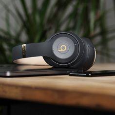 Beats Studio3 Wireless: Neue Bluetooth-Kopfhörer mit ANC vorgestellt - https://apfeleimer.de/2017/09/beats-studio3-wireless-neue-bluetooth-kopfhoerer-mit-anc-vorgestellt - Noch vor dem sehnsüchtig erwarteten iPhone-8-Event hat Apple über seine Tochter Beats Electronics neue Wireless-Kopfhörer vorgestellt. Nämlich dieBeats Studio3 Wireless, die sich als Over-Ear-Kopfhörer präsentieren und hierzulande im Apple Online Store für 349,99 Euro erhältlich sind. Beats...