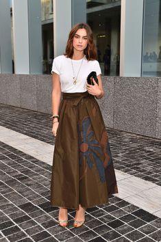 Kasia Smutniak Evening Sandals - Kasia Smutniak styled her look with elegant silver evening sandals. Long Skirt Outfits, Chic Outfits, Long Skirt With Shirt, Shirt Skirt, Modest Fashion, Fashion Dresses, Milan Men's Fashion Week, Batik Fashion, Batik Dress