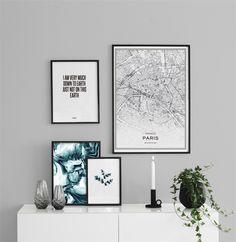Tavelvägg ovanför byrå. Snygg poster med Paris karta, akvarellmålning och texttavla. 21x30, 30x40 och 50x70cm i svarta ramar.