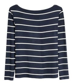 Dunkelblau/Gestreift. Langarmshirt aus weichem Jersey mit leichtem Glanz. Das Shirt hat U-Boot-Ausschnitt.