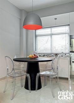 A mesa redonda economiza espaço e facilita a circulação. Veja na galeria 7 ambientes cheios de charme que a revista Minha Casa separou para você se inspirar.