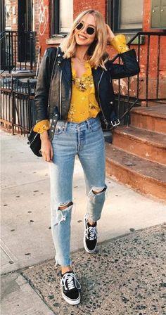 9 Maneiras imperdíveis de usar tênis na balada. Jaqueta de couro, blusa amarela com estampa floral, calça jeans destroyed, tênis vans preto