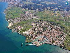 Ile de Ré, Saint Martin et son îlot dans le port.
