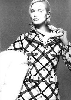 Jeanette Christiansen in plaid challis suit by Ungaro, photo by Richard Avedon, Vogue US, 1972 Seventies Fashion, 70s Fashion, Fashion Photo, Vintage Fashion, Womens Fashion, Richard Avedon Photography, Vogue Us, Portraits, Dress For Success