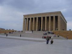 O kadar etkileyici ki... Hele 1950'lerde yapımı tamamlanmış bu muhteşem anıt Ankara'nın heryerinden görülebiliyor… Daha fazla bilgi almak ve fotoğraf görmek için ; http://www.geziyorum.net/anitkabir-gezisi/