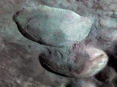 Três crateras de diferentes tamanhos, dispostas em forma de boneco de neve, são uma das características mais marcantes do Vesta, como visto nesta visão de missão Dawn da NASA.