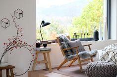 h y g g e l i g #einrichtung #interior #deko #dekoration #decoration #wohnen #living #tischdeko #herbst #wohnzimmer #livingroom #hagebutte #lammfell #pouf Foto: Kerstin S.