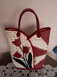 Cute tulip purse. Notice the zipper pocket on the front under the binding. I think I've got this figured out. I've made notes