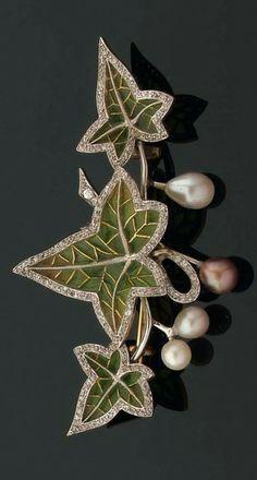 BROCHE représentant une branche de lierre en or émaillé vert en résille dans de fins entourages de diamants brillantés. Quatre perles fines de diverses tonalités figurent les fruits. Monture en or. Années 1890-1900.