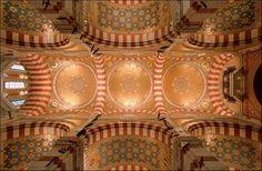Decoração neo-bizantina e arabescos, no alto da Basílica de Notre-Dame de la Garde, em Marselha, França