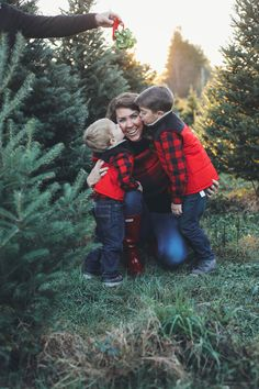 Christmas Tree Farm Family Pictures with family photo outfit ideas perfect for your Christmas card. Red and black buffalo plaid and red Hunter boots. Fun Family Christmas Photos, Christmas Pictures Outfits, Merry Christmas Family, Christmas Tree Lots, Fall Family, Christmas Quotes, Farm Family Pictures, Family Photos, Family Posing