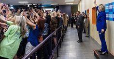 Dezenas de apoiadores ficam de costas para fazer selfie com Hillary