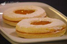 500 g di pasta frolla per biscotti 200 g di marmellata o gelatina di albicocche zucchero a velo