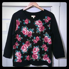 Gorgeous ROSE Pattern 3/4 sleeve black sweatshirt PRINCESS BY VERA WANG XL ROSE PATTERN, CLASSY, 3/4 LENGTH SLEEVED SWEATSHIRT. THE ROSES LOOK AS THOUGH THEY ARE PAINTED ON. DETAIL IN THE WHITE PART OF THE ROSE HAS GREAT DETAIL, THERE IS WOOVEN WHITE THREAD THROUGHOUT.  SO BEAUTIFUL.  THE FRONT IS THE ROSE PATTERN.  THE ENTIRE SLEEVES AND THE WNTIRE BACK IS ALL BLACK. EUC. ONLY WASHED IN COLD WATER. HUNG DRY. Vera Wang Tops Blouses