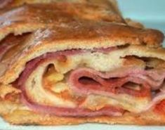 Rolled pizza - ham and mussarela - recipe in portuguese Finger Food Appetizers, Finger Foods, Aperitivos Finger Food, My Favorite Food, Favorite Recipes, Menu Dieta, Food Porn, Portuguese Recipes, Portuguese Food