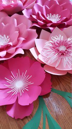 Conjunto de 7 flores de papel en rosa y blanco con verde características. Este listado incluye: 1 X - grande - 18- 20 2 grandes - 12- 15 medio 4 - 8- 10 8 hojas/características Enviar una solicitud de orden de encargo con preferencia de color y la fecha de su evento. Cada flor está diseñado individualmente a mano o con la ayuda de un cortador. Cada flor puede variar ligeramente en diseño ya que es por encargo. Flores de papel también se pueden personalizar con logotipos de empresas,...
