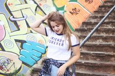 Look Hot Pants + T-shirt   Adidas Adilettes | Look básico com influências street style. A camiseta college dá um toque super especial a composição e os slides da Adidas, além de muito confortáveis, são muito charmosos.