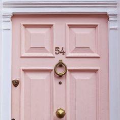 Le modanature in rilievo conferiscono alla porta un aspetto costoso, la scelta degli accessori è perfetta! very glam!