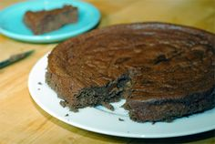 This Flourless Chocolate Banana Cake recipe is paleo and made with only 6 ingredients. Nut-free, dairy-free and delicious topped with Coconut Whipped Cream. Gluten Free Treats, Gluten Free Cakes, Gluten Free Baking, Gluten Free Desserts, Paleo Treats, Flourless Chocolate Cakes, Homemade Chocolate, Cacao Chocolate, Food Cakes