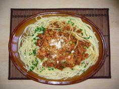 Boloňské špagety podle Jamieho Olivera (ml.maso,červená cibule,anglická,sušená rajčata,nebo pasírovaná,červ.víno,česnek) Spaghetti, Food And Drink, Pizza, Nebo, Fit, Ethnic Recipes, Recipes, Food, Lasagna