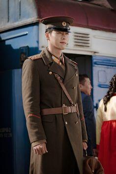 Hyun bin role as North Korean officer 👮♀️, fall in love with a South Korean lady ~ I m looking forward for the love drama soonest! Korean Male Actors, Korean Celebrities, Korean Men, Asian Actors, Korean Lady, Hyun Bin, Bts K Pop, Korean Drama Movies, Korean Dramas