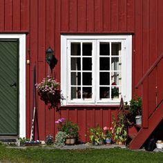 Sjarmerende hus i klassisk stil. Empire, Garage Doors, Outdoor Decor, Home Decor, Homemade Home Decor, Decoration Home, Interior Decorating