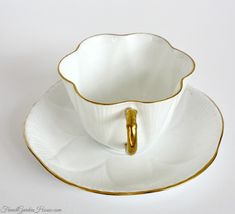 Flat White Coffee, White Coffee Cups, Antique Tea Cups, China Cups And Saucers, Bone China Tea Cups, Tea Gifts, Chocolate Pots, Tea Cup Saucer, Souvenir Ideas