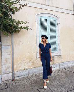 Adenorah escolheu um look com camisa e calça marinho e espadrille branca.