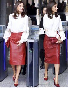 Fashion Idol, Skirt Fashion, Faux Leather Skirt, Leather Skirts, Red Leather, Estilo Real, Queen Letizia, Carolina Herrera, Old Women