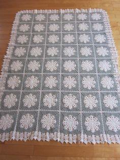 Silver Grey Snowflake Blanket free pattern soooooo pretty!