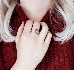 Wir lieben diesen wundervollen Ring von Armani ❤️ Passend zum Herbst kombiniert unsere Bloggerin Franzi dieses tolle Schmuckstück zum dicken Wollpulli. Den Look findet ihr auf www.brilliant-looks.de.