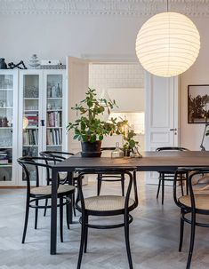 When Lotta Agaton, one of Sweden& best known interior stylists, goes from an all white home to all grey interiors you know that trends have shifted. Gray Interior, Luxury Homes Interior, Luxury Home Decor, Interior Design, Interior Colors, Interior Livingroom, Interior Plants, Interior Modern, Room Interior