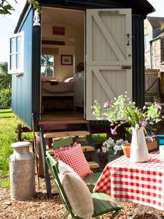 The Old Granary Matlock in EnglandSchlafen wie ein Hippie im 18. Jahrhundert könnt ihr imOld Granary Matlock. Hier habt ihr nämlich die Möglichkeit, in einem ausgebauten Schäferwagen zu wohnen, der sogar über einen eigenen kleinen Vorgarten verfügt. Very british und super cool!Preis:ab55Euro pro Person.