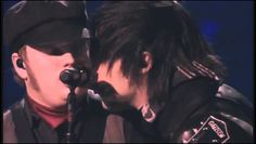 THE KISSSS (and how did Pete cut his hair like that?! It looks amazing!)